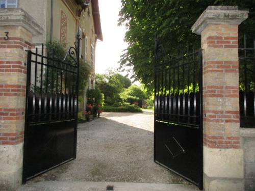 Villa Maziere de St Loup : Bed and Breakfast near Barbey