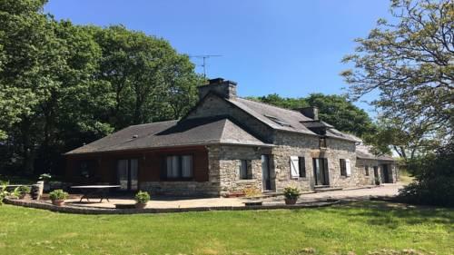 Le Guénault, grande maison familiale : Guest accommodation near Saint-Gelven