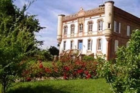 Château Lagaillarde : Bed and Breakfast near Bellegarde-Sainte-Marie