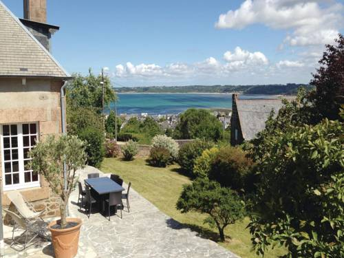 Four-Bedroom Holiday home Perros-Guirrec with a Fireplace 01 : Guest accommodation near Louannec