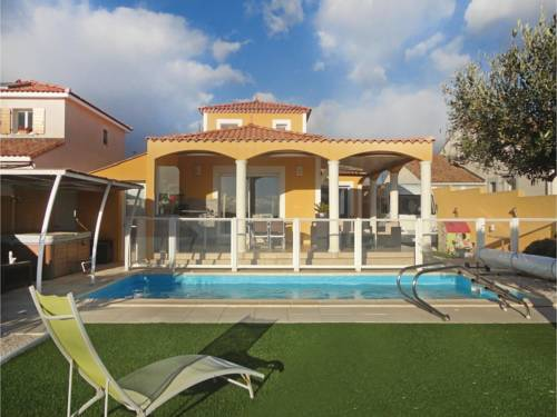 Three-Bedroom Holiday Home in Valros : Guest accommodation near Montblanc