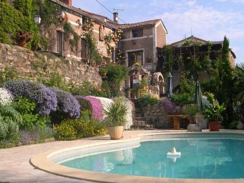 Auberge Issiates : Bed and Breakfast near Avène