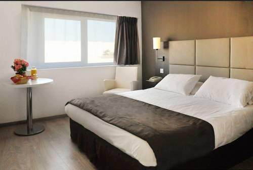 Séjours & Affaires Courbevoie Grande Arche : Guest accommodation near Colombes