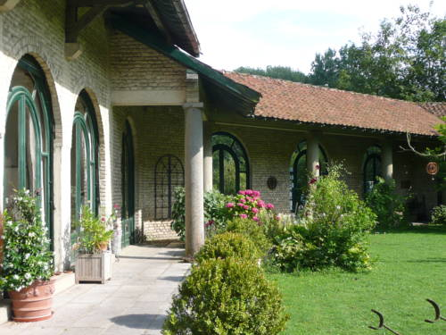 Manoir De Bois En Ardres : Bed and Breakfast near Autingues
