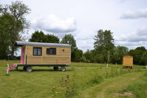 Les roulottes de l'avesnois : Guest accommodation near Catillon-sur-Sambre