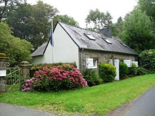 Kervoazec Cottage : Guest accommodation near Laz