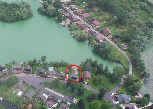 Chalet dans le Domaine de la Goujonne : Guest accommodation near Jutigny