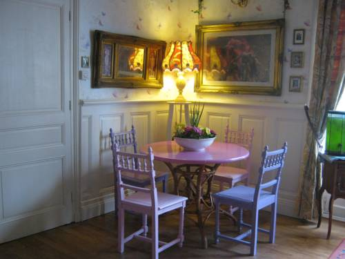 Pear Blossom House : Bed and Breakfast near Saint-Aignan