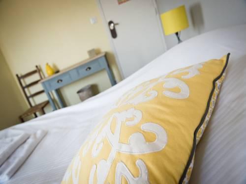Hotel Restaurant Le Relais Fleuri : Hotel near Nampcelles-la-Cour