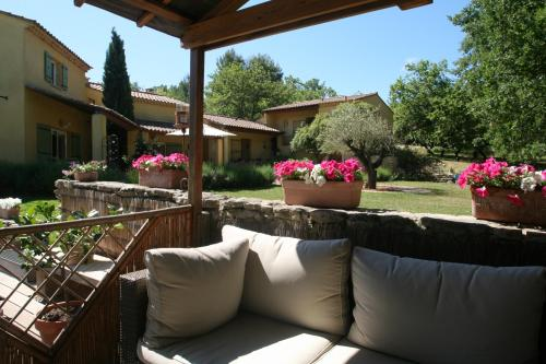 Le Mas des Pierres Blanches : Bed and Breakfast near Venasque