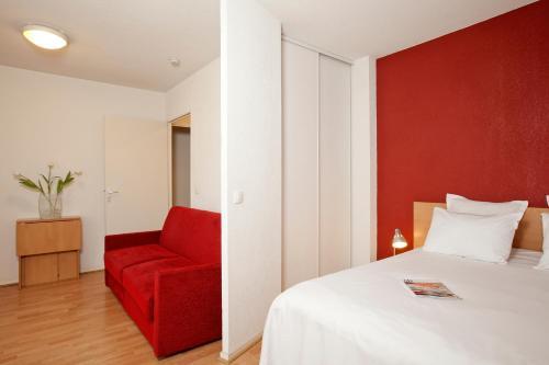 Séjours & Affaires Paris-Nanterre : Guest accommodation near Le Vésinet
