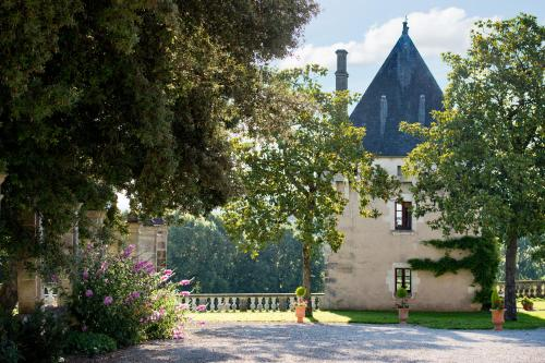 La Tour Chateau de Charras : Guest accommodation near Combiers