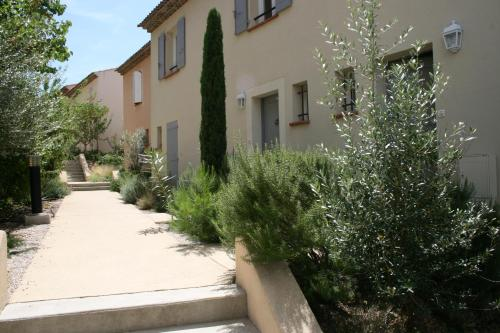 Holiday Home Pont Royal : Guest accommodation near Charleval