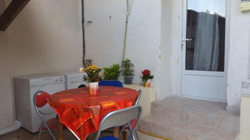 Petit Studio 13 m2 avec terrasse 15 mn centre Nimes : Guest accommodation near Caissargues