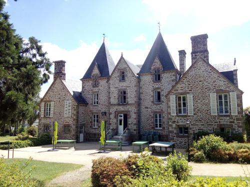 Château du Bourg : Guest accommodation near La Selle-en-Luitré