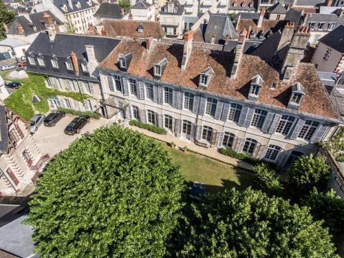 Hôtel de Panette - Un Château en Ville : Bed and Breakfast near Bourges