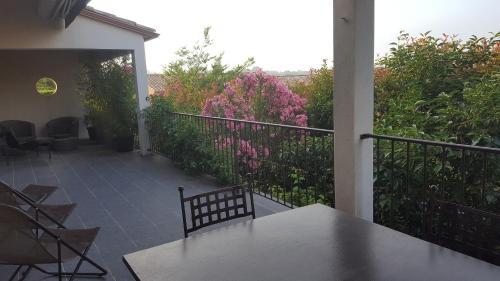 Villa avec piscine proche d'UZES : Guest accommodation near Bourdic