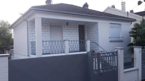 Etablissement Varlin : Apartment near Gressy