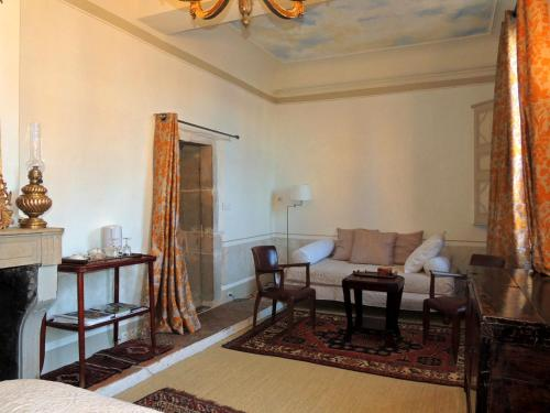 Maison Romane 1136 : Bed and Breakfast near Cluny