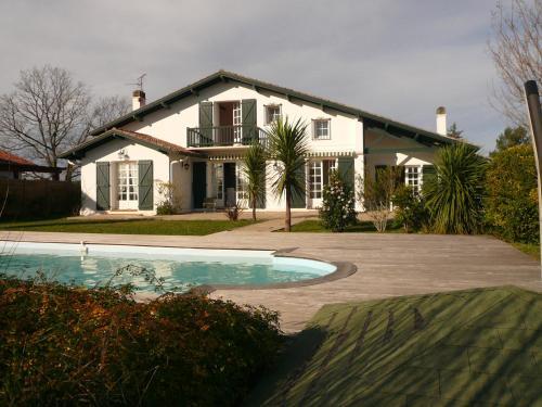 Belle Villa avec Piscine et Jardin à 15 min de Biarritz : Guest accommodation near Ahetze