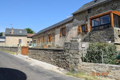 Chambres d'hôtes Entre Dolmens et Fontaines : Bed and Breakfast near Lavernhe