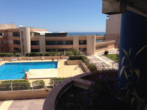 Résidence avec piscine et box, vue sur mer : Apartment near Sète