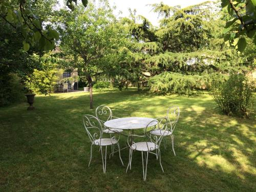 Appart'hôtel Le Clos du May : Guest accommodation near Luant