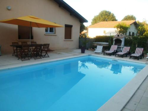 maison avec piscine privée : Guest accommodation near Laluque