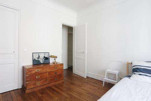 Rue des Moins : Apartment near Clichy