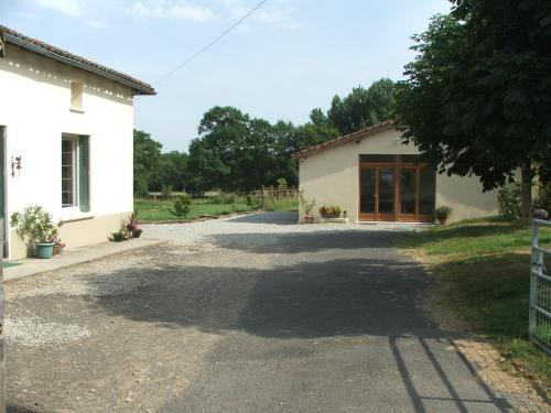 Les Chênes Verts : Guest accommodation near Moussac