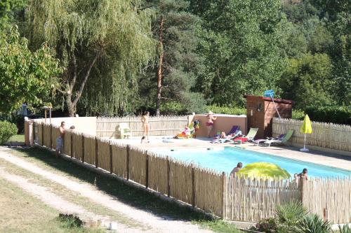 Camping Les Berges Du Doux : Guest accommodation near Colombier-le-Jeune