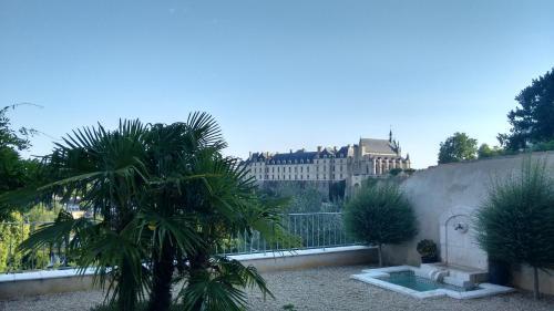 Le Clos des Remparts avec Vue sur Château : Bed and Breakfast near Saint-Léger-de-Montbrun