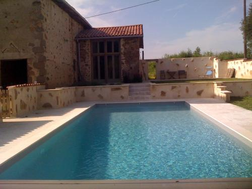 Les Picardies : Bed and Breakfast near Brillac