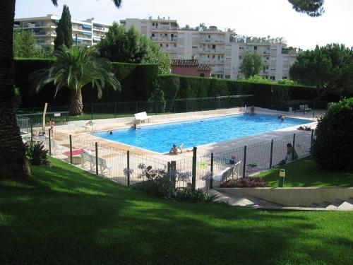 studio CANNES avec jardinet et piscine : Apartment near Le Cannet