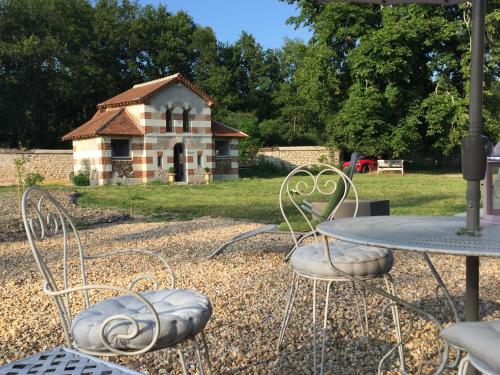 Domaine des Nouies : Guest accommodation near La Chapelle-Saint-Laurian