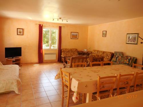 Les Cigales du Ventoux : Guest accommodation near Saint-Hippolyte-le-Graveyron