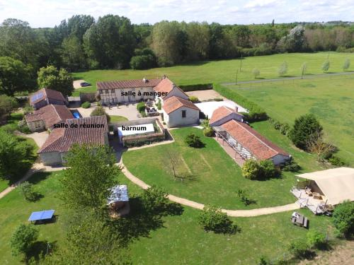 Gites Le Clos de Saires : Guest accommodation near Maulay