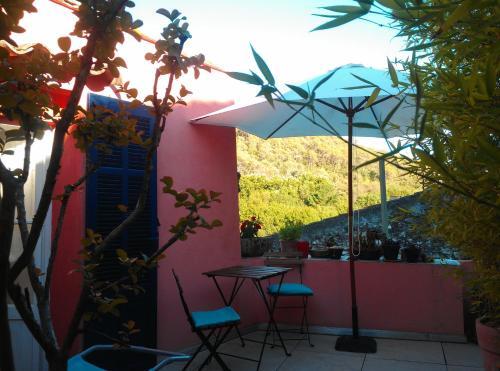 Petit logement avec terrasse dans une maison de village : Guest accommodation near Cabasse