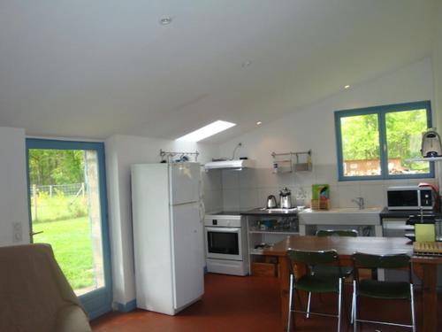 villa proche lac, cadre verdoyant : Guest accommodation near Saumos