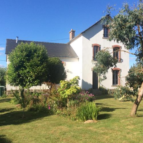 Ty Skol - L'ancienne école : Bed and Breakfast near Cléguérec