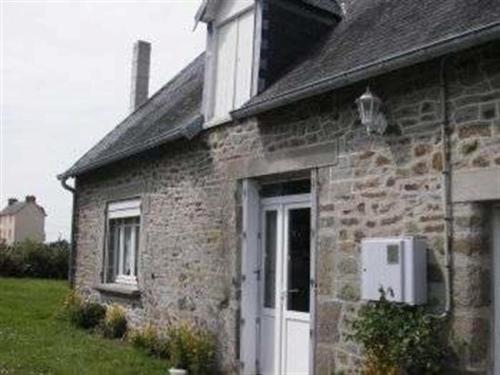 House Saint pair sur mer maison mitoyenne en pierre de type f3 avec jardin non clos : Guest accommodation near Hudimesnil