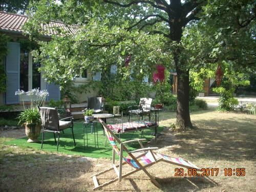 le jardin de Charlotte : Bed and Breakfast near Collorgues