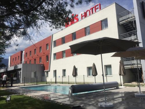 Ibis Saint-Genis-Pouilly Genève : Hotel near Péron