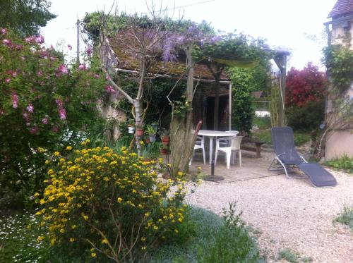 3 roses : Bed and Breakfast near Étigny