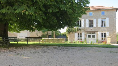 Honeysuckle House : Guest accommodation near Asnières-en-Poitou