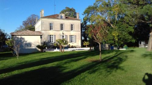Au Clos Magnolia : Bed and Breakfast near Saint-Pierre-de-Mons