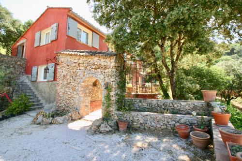 Les Restanques du Dolmen : Guest accommodation near Cabasse