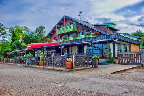 Le Chalet du Mont Roland : Hotel near Champvans