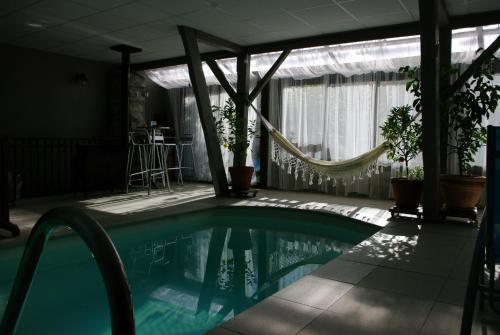 gite & piscine : Apartment near Izaourt
