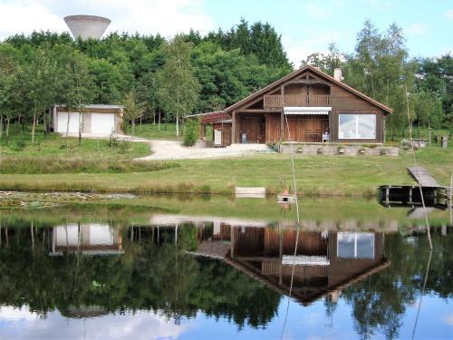 Lieux-au-lac : Guest accommodation near La Chapelle-Montbrandeix
